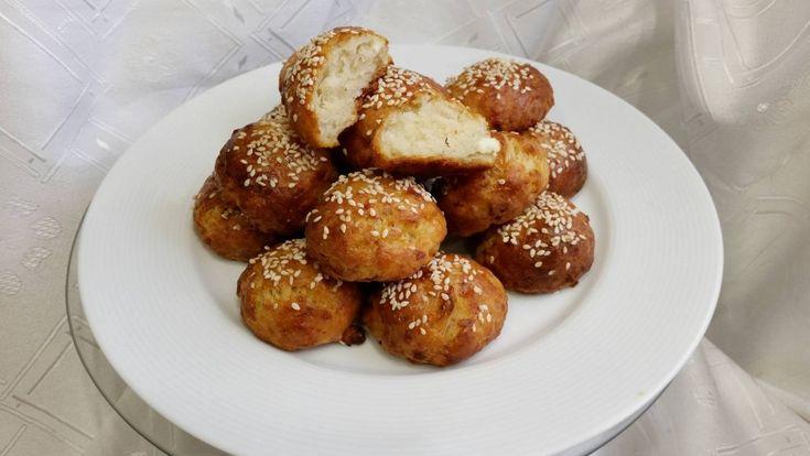 Μίνι τυροψωμάκια με φέτα, γραβιέρα και θυμάρι ! Υλικά: 250 γρ. Σπορέλαιο. 500 γρ. γιαούρτι. 2 πρέζες αλάτι (αυξάνουμε η μειώνουμε την ποσότητα ανάλογα με το πόσο αλμυρά είναι τα τυριά μας). 2 πρέζες ζάχαρη. 3 φακελάκια baking powder. 1 κιλό περίπου αλεύρι για όλες τις χρήσεις (ίσως να μας περισσέψει λίγο). 400 γρ. φέτα. …