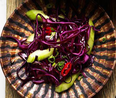 Kimchi är det koreanska namnet för olika sorters mjölksyrade grönsaker. Här lånar vi namnet till en snabbversion med rödkål som bas. En fräsch sallad som bara vinner på att göras en dag i förväg, men rör då ner gurka och salladslök först vid servering.