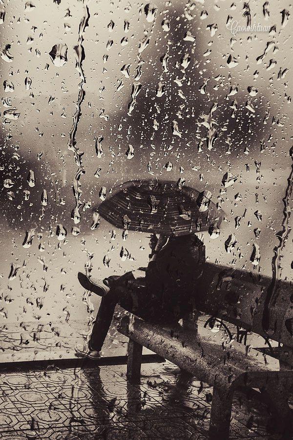"""500px / Photo """"Silent rain"""" by Cao Anh Tuan Llueve. Te observo tras el cristal.  Me esperas....y yo me retraso . Me gusta mirarte cuando no me ves. Luego me invento alguna excusa...un cliente de última hora, una llamada que no podía esperar. Me gustas."""