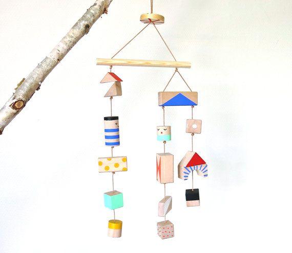Nursery mobile wooden handpainted van kimslittlemonsters op Etsy