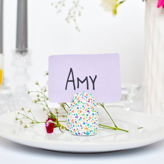 Make no mess with this DIY spotted place card holders that is perfect for spring gatherings and easy to create (video available)