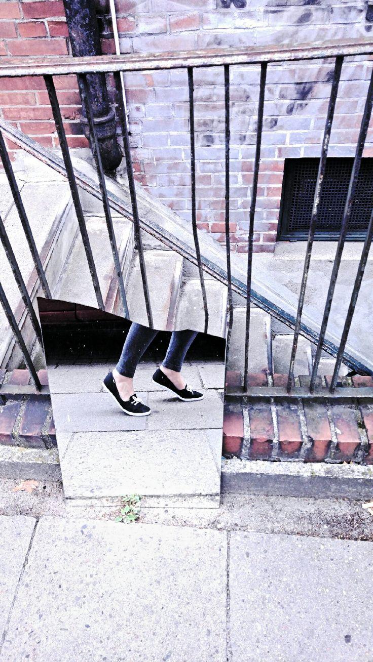 #fotoria #streetart #photo #photographie #fotoriaphotigraphie #streetart #shoes #feeds #mirrow #spiegel #spiegelung #art #vintage #strassenkunst #youth #fotografie #treppe #streetstyle #strasse #hamburg #impressionen #eindrücke