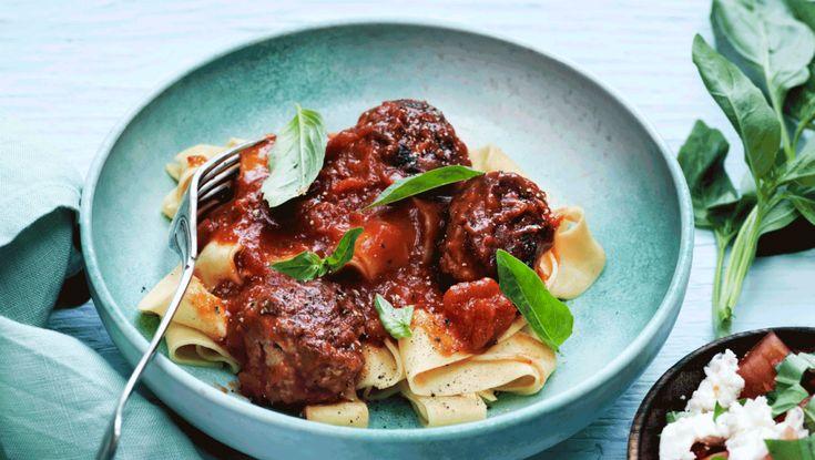 Madplan for uge 28: Ugens fredagsopskrift er kyllingekødboller med pasta og tomatsauce. Få opskriften her