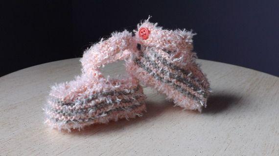 Chaussons bébé tricot style mocassins, roses rayés gris