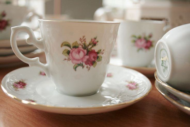 Schattige kopjes met roze roosjes (4 stuks) EURO 12,95 | Vintage servies | Homi Articles: http://www.homi.nl/a-39976446/vintage-servies/schattige-kopjes-met-roze-roosjes-4-stuks/