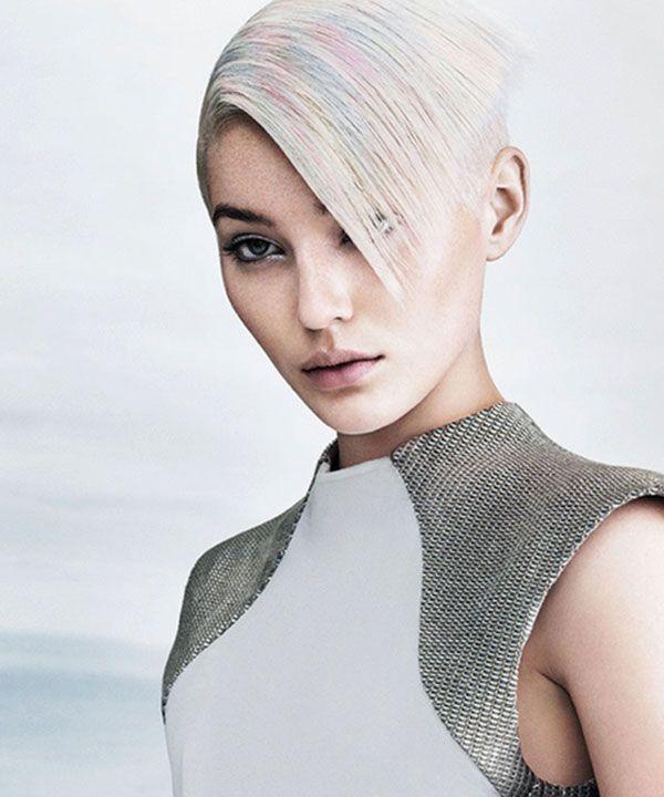 E' l'ultima tendenza dell'hair color, una nouance che si adatta bene sia sul corto sia sul lungo, scaldando la cornice che avvolge il viso, e che sembra davvero un riflesso di madreperla.. — Un inverno di madreperla