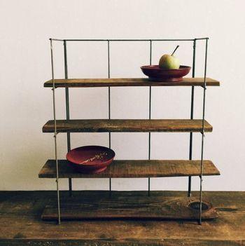 デザイン性の高い雑貨は、見せて収納しましょう。でも、食器棚や本棚の一角を占領してしまうと使い勝手が悪くなってしまいますよね。そんな時は、小ぶりな自立式シェルフがおすすめ。古材を活かしたアンティーク調のシェルフは、並べるだけで雑貨屋さんのディスプレイのような雰囲気に。