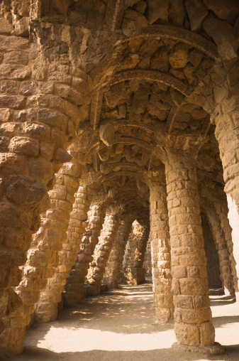 """Gaudí creo viaductos para poder transitar por el parque. Esta es una vista del """"Viaducte del garrofer"""", de estilo barroco con columnas en forma de ola."""