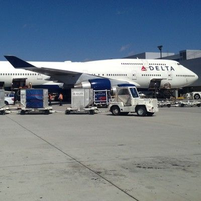 Який аеропорт в світі щороку обслуговує найбільшу кількість пасажирів? Міжнародний аеропорт Хартсфілд-Джексон Атланта! Аеропорт Атланти Хартсфілд-Джексон щорічно обслуговує 95 мільйонів пасажирів. Для порівняння, аеропорт в Пекіні 81 млн і Лондон Хітроу 70 мільйонів.