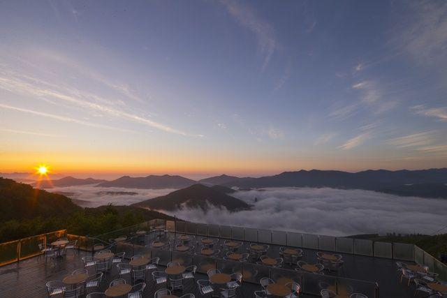 朝早く起きれた人だけが見れる感動風景! トマム名物「雲海テラス」 | たびまにあの点描北海道 | 北海道ファンマガジン