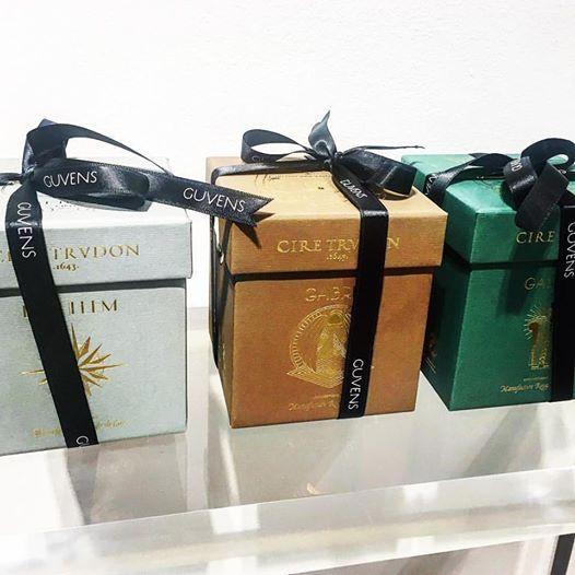 La casa Trudon es especialista en la fabricación de velas perfumadas, utilizando exclusivamente cera natural de abeja y exquisitos perfumes, que mezclados en sus laboratorios , y producidos en sus talleres de Normandía son exportados al mundo entero y para Bilbao en exclusiva a nuestra boutique, @guvens_style+stock
