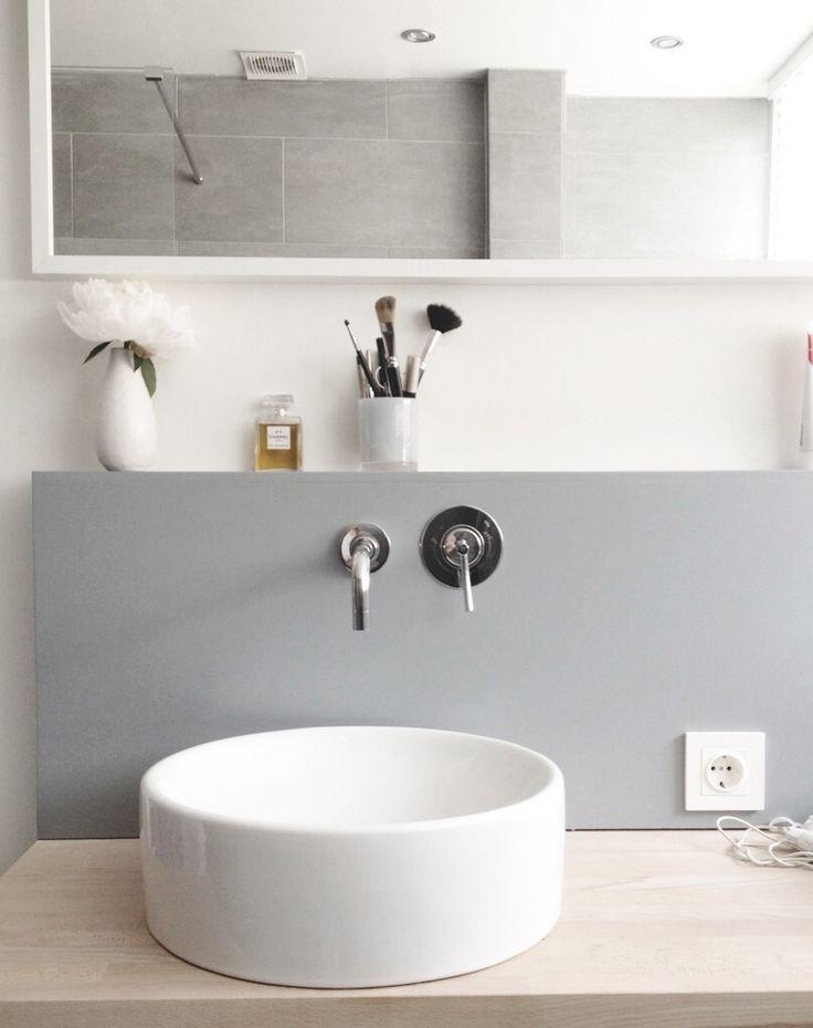 Une vasque ronde toute simple sur un plan en bois. Design épuré
