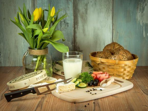 """Havi Menük – REGGELI - """"C"""" - Olcsó A """"C"""" reggeli menüiben sokszor szerepel majd az – édes tejbe aprított lágy kenyér -.   A gyerekkoromat idézi ez az étel és az alábbi """"Hazám, hazám, édes hazám"""" csángó ballada részlete is :"""