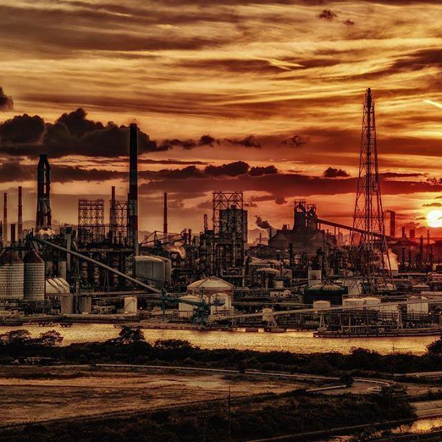 Instagram【imo_z】さんの写真をピンしています。 《水島コンビナート 〜夕暮れ〜 * * クシャミとオナラが同時に出た * それにびっくりしてシャックリが止まらなくなった * (_≧Д≦)ノ彡☆ばんばん * #工場夜景#夜景#工場#水島コンビナート#工場夕景》