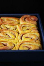 Merceditas Bakery: Pumpkin cinnamon rolls / Rollos de canela y calabaza