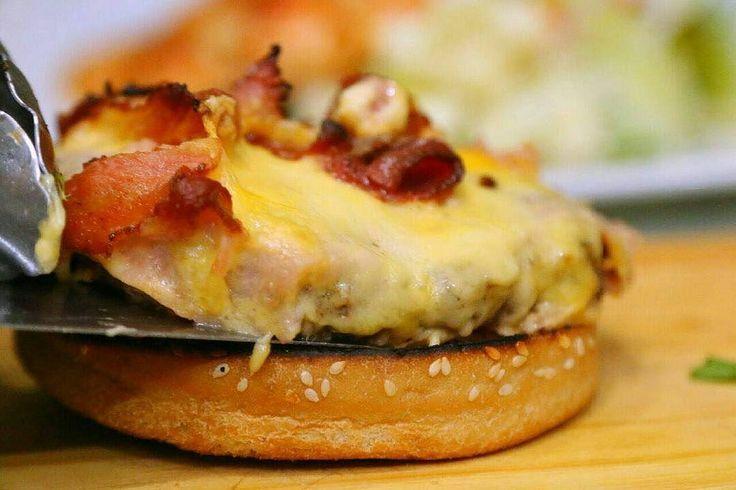 A quien no le provoca una: #AmericanBurguer Deliciosa carne de res o pollo acompañada de queso amarilño jamon y tocineta.. Invita a tus panas y comparte una hamburguesa como esta o disfruta con la promoción de hoy en @rolling_rest Rolling pizza 4.50000 Jarra de mojito  6.00000 Tobo de cerveza en 5.50000  #SabadoDePanas #Burguer #Pizza #Food #Promociones #GenteRolling #Restaurant #PuntoFijo