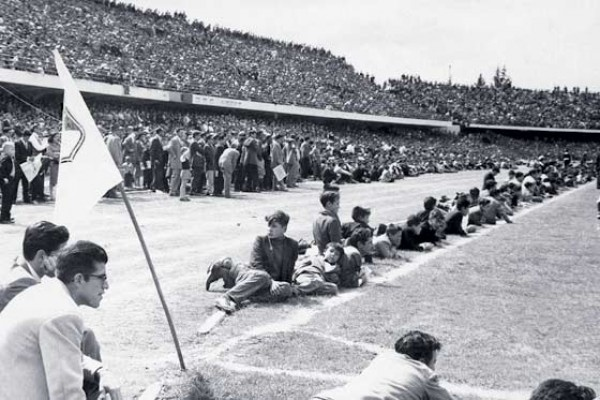 Un clásico Millonarios - Santa Fe sin vallas en la década de los 50, para ser más exactos en 1959.