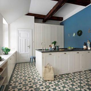 Die Grünen Fliesen Mit Muster Machen Die Besonderheit Des Raumes Aus, Denn  Das Fliesenmuster Bringt Tiefe Und Leben In Die Küche.