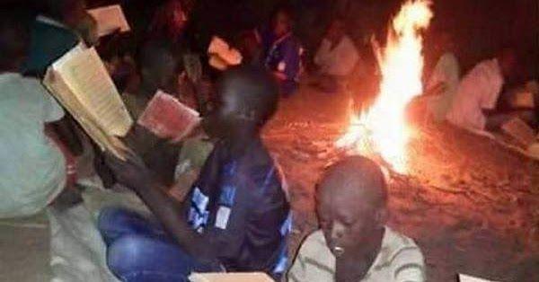 Semangat Anak-Anak Afrika Belajar Al-Quran Walau Tak Ada Listrik Hanya Dengan Api Unggun