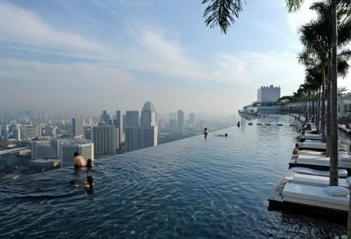 【シンガポール】マリーナ・ベイ・サンズの屋上プール。このホテルの屋上には広大な空中庭園「サンズ・スカイパーク」があり、シンガポールを一望できる展望台と世界一高い場所のプール(地上200メートル)があることで一躍、有名になりました。