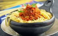 Le chef Cyril Lignac vous fait partager sa recette de spaghettis au pesto rouge. De quoi recevoir ses amis pour un repas gourmand.