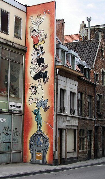 """-rue de Laeken 116-La fresque murale de Bob et Bobette d'après un projet original de Paul Geerts, mais d'après les personages créés par Willy Vandersteen, fut inaugurée le 15 juin 1995. Sa superficie est d'environ 25 m². Réalisation de Georges Oreopoulos et David Vandegeerde de la société """"Art Mural""""."""