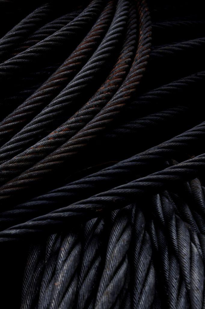 Cables de acero negro. El nuevo material del futuro, el grafeno, reemplazará este tipo de cables en un futuro próximo. ¿sabías que un cable de grafeno posee una resistencia 30.000 veces superior a un cable de acero?