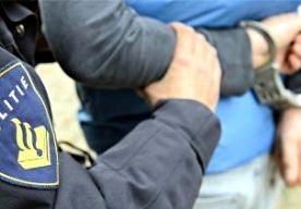 16-Apr-2013 3:26 - TIENERS BEROVEN VROUW VAN 80. Twee jongens van 14 en 15 jaar hebben in Rotterdam een 80-jarige vrouw beroofd. Ze werd vanachter aangevallen en raakte gewond door een val. De jongens zijn aangehouden. De vrouw is overgebracht naar het ziekenhuis en had veel pijn in haar heup, meldt de politie. De beroving was aan het eind van de middag in de Mecklenburglaan in de Rotterdamse wijk Kralingen. De jongens, beiden uit Rotterdam, zijn kort na de overval opgepakt in het...