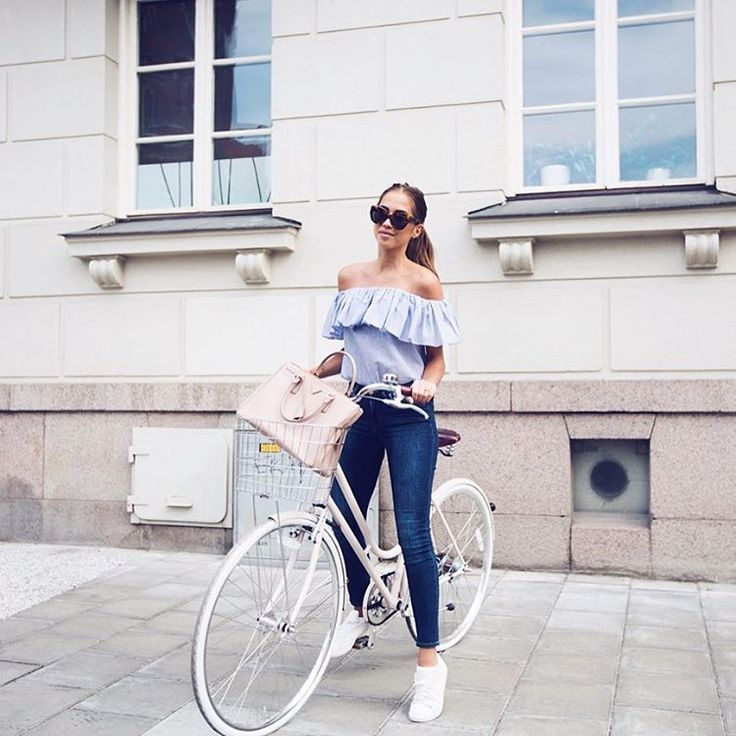 The best way to start the day is to ride my bike to work. ☀️ Get this outfit on my blog! kenzas.com