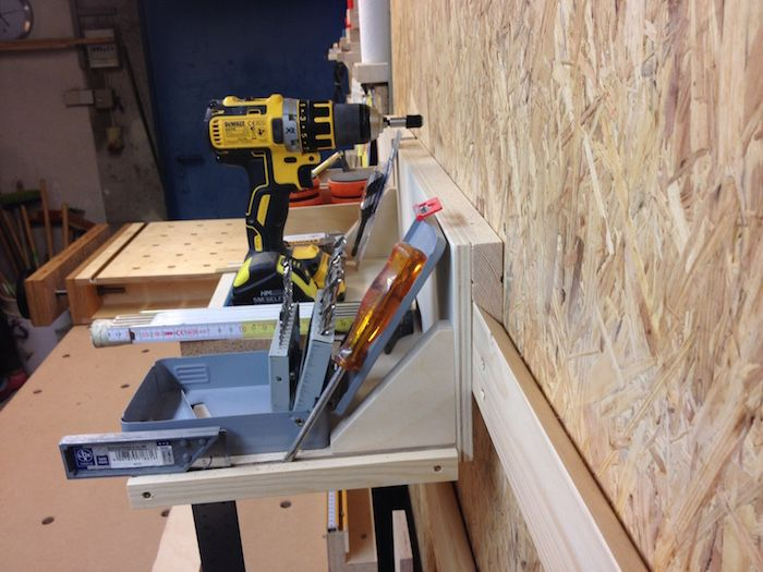 Die Wände meiner Werkstatt waren aus Sichtbeton. Das sah einerseits nicht sehr schön aus und war andererseits unpraktisch, weil alles, was ich an die Wand hängen wollte, immer gedübelt werden musste. Ich habe daher zunächst die Wände im unmittelbaren Arbeitsbereich mit 22mm OSB-Verlegeplatten verkleidet. Die Dicke sowie die Nut-und-Feder-Konstruktion der Verlegeplatten machen die Wandverkleidung stabil...