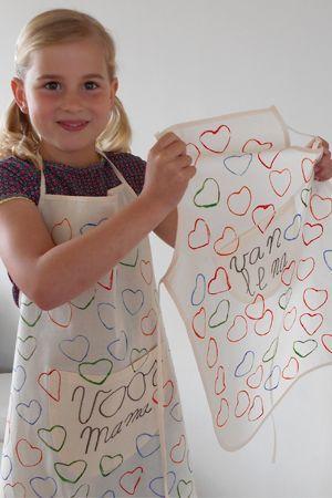 Lief! Simpel stempelen met textielverf: een groot en klein schort voor #Moederdag