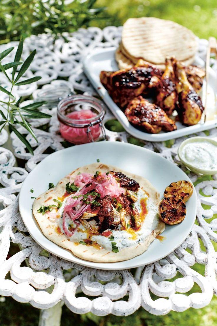 Er zijn veel recepten voor gemarineerde kip. Maar deze met limoen, saffraan en yoghurt-komkommersaus moet je proberen.