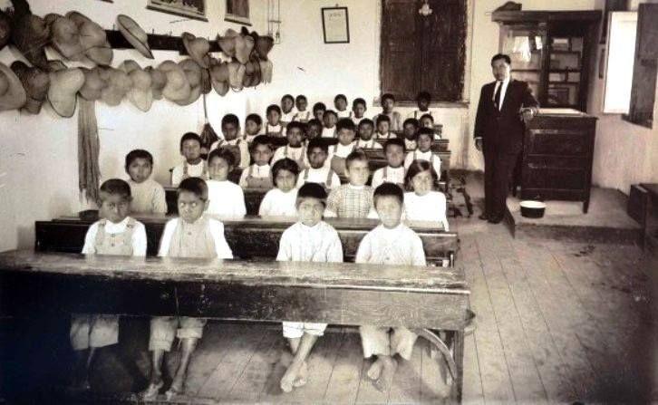 Maestro y alumnos de Escuela Rural, México. 1921