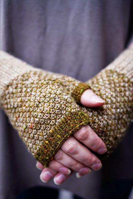 Ravelry: Broken Seed Stitch -kämmekkäät pattern by Lankakauppa Kerä. Love these.