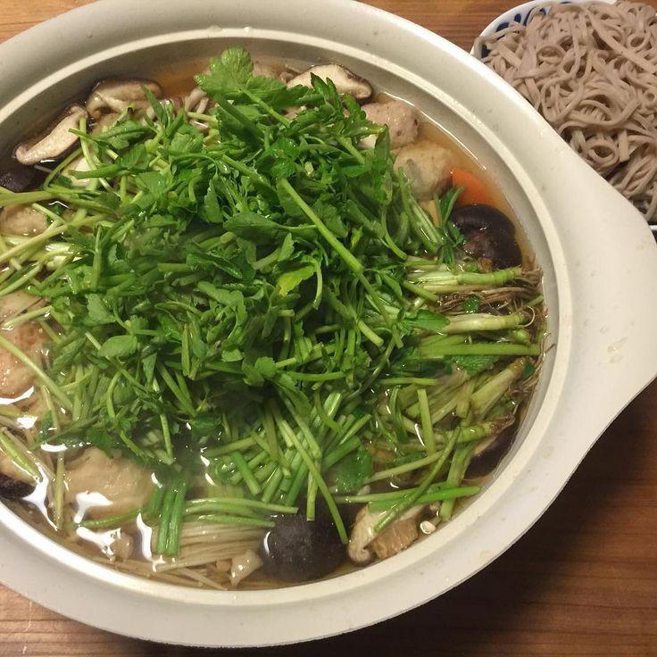 仙台で有名な冬の郷土料理「せり鍋」は、せりを根っこから葉の先まで贅沢にどっさりと使ったもので、鶏肉と一緒に鍋で煮込んだり、鴨肉でだしをとった鍋でしゃぶしゃぶしてからいただくのが一般的な方法です。さっそくレシピを紹介します。