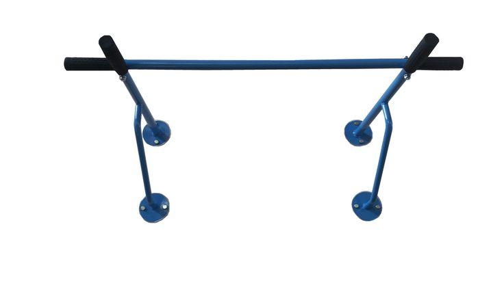 Klimmzugstange Wandbefestigung  Eignet sich hervorragend für Klimmzugübungen , Dehn- und Streckübungen.  4fach ergonomische Griffe für individuell wählbares Trainieren, ob vorderes oder seitliches Halten.  Technische Details: Reckstange: Ø 25 mm Wandstärke: 2,0 mm belastbar bis 130 kg Breite: 100 cm, Tiefe: 60 cm, Höhe: 28 cm  zur Montage an der Wand  In folgenden Farben erhältlich: Rot, Gelb, Braun, Grün,Rosa, Blau