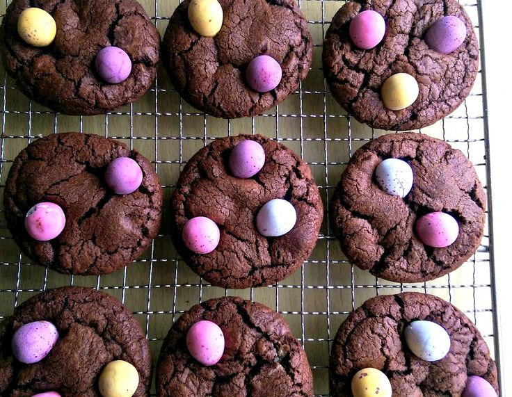 Mini Egg Brownie Cookies - try these delicious Easter cookies to use up all that leftover chocolate!