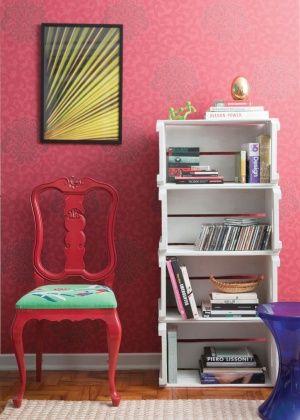Designer ensina a restaurar uma cadeira e a criar uma estante com caixas de frutas