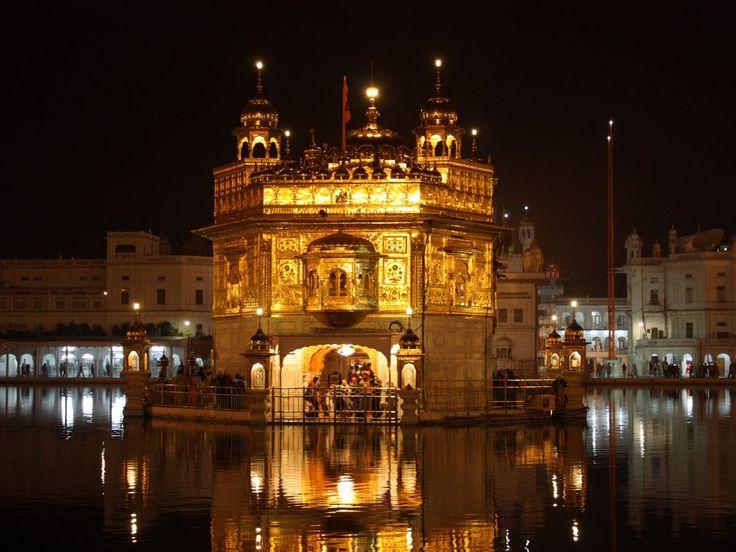 Удивительный Золотой Храм в Амритсаре, Индия, кажется выросшим прямо из вод реки Амритсар.