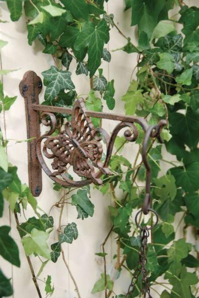 Öntöttvas antik pillangó mintás fali akasztó. Alkalmas virágkosarakhoz.