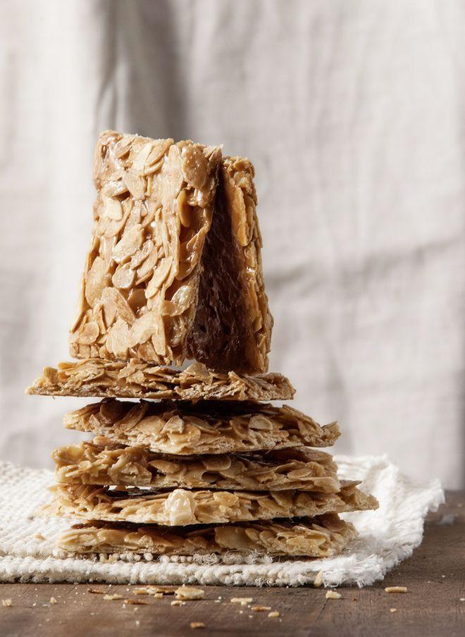 Φλωρεντίνες Υλικά  -150 γρ. κρίμα γάλακτος (35% λιπαρά) -150 γρ. ζάχαρη -50 γρ. μέλι -100 γρ. αμύγδαλα φιλέ  Eκτέλεση  Προθερμαίνουμε τον φούρνο στους 170°C. Ζεσταίνουμε την κρέμα γάλακτος με τη ζάχαρη και το μέλι σε μικρή κατσαρόλα. Αφήνουμε να βράσει για 5-6 λεπτά περίπου. Είναι έτοιμο όταν αφού ρίξουμε μια σταγόνα σε ένα πιατάκι και κρυώσει, πλάθεται. Προσθέτουμε τα αμύγδαλα και ανακατεύουμε καλά. Ρίχνουμε το μείγμα σε ταψί στρωμένο με αντικολλητικό χαρτί ψησίματος και ψήνουμε για 12-14…