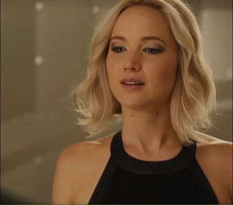 New photos of Jennifer Lawrence as Aurora in the advancement of Passengers trailer.
