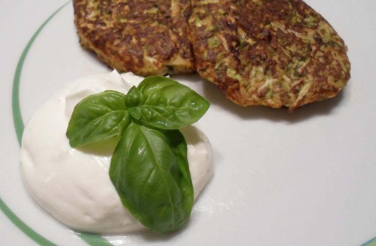 Low Carb Zucchini Puffer mit Knoblauchdip – leckeres Low Carb Rezept