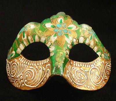Maschera realizzata in cartapesta. Il disegno è realizzato con colori acrili a mano libera, rendendola quindi assolutamente unica. Infine, la maschera è impreziosita dalla tecnica dello screpolato....