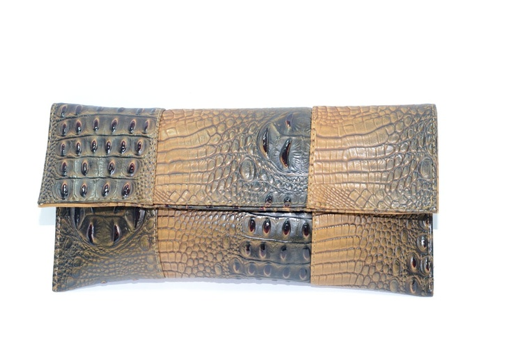 Clutch en forma de sobre. Print animal de cocodrilo. Bicolor: marrón y cámel.    Medidas 14 cm x 30 cm  Ref.: AG7046M  http://www.meigallo.com