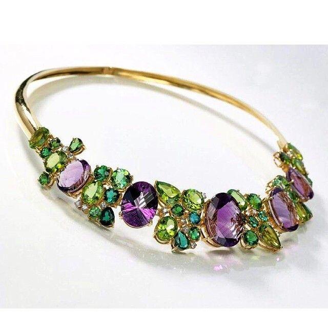 Ametistas, peridotos e turmalinas verdes: Harmonia das cores!  #peridotoapedradeagosto #ruthgrieco #jewellery #luxury #peridot #amethist #greentourmaline #oneofakind
