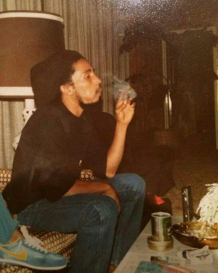 ♡♥Bob Marley smokes a joint♥♡