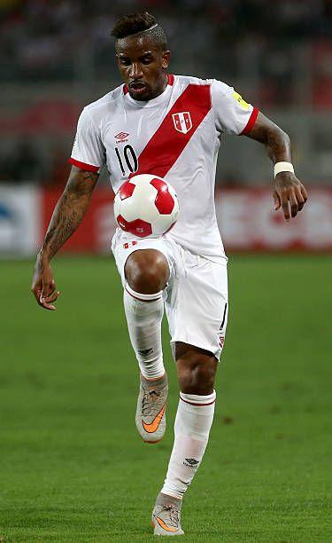 Jefferson Farfan, de Perú, controla el balón durante un partido entre Perú y Paraguay como parte de la Copa Mundial de la FIFA 2018 en el Estadio Nacional