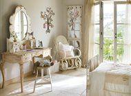 Dormitorio romántico de niña con tocador y mecedora en madera blanca decapada