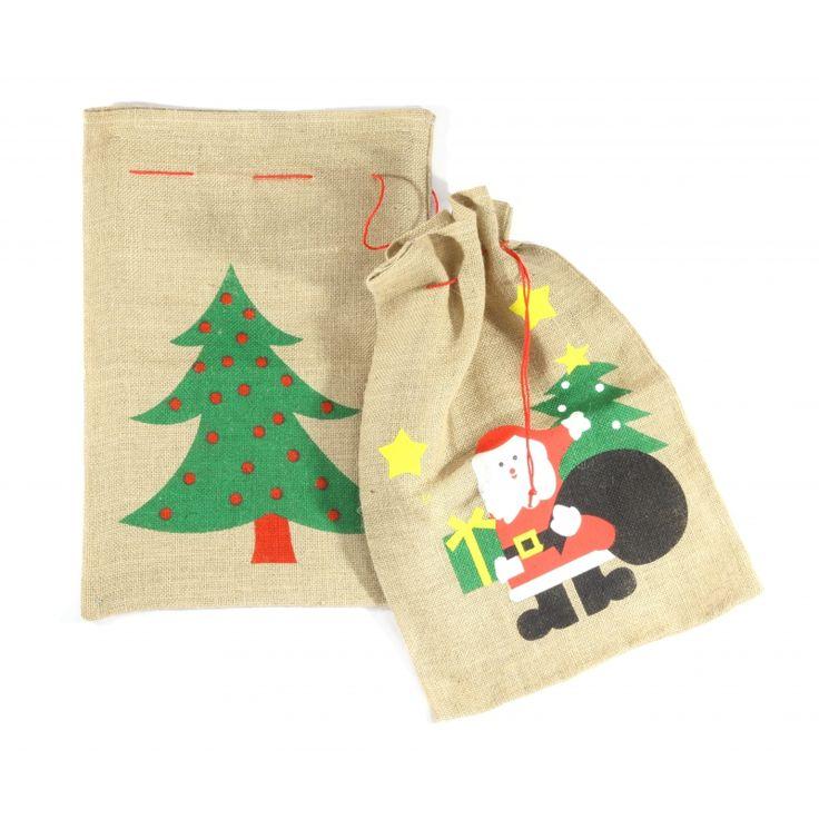 Kerstman kadozak kerstman print 60 x 90 cm  Jute kerst kadozak met kerstman print. De zak is 60 x 90 cm groot en kunt u gebruiken voor de cadeaus maar kan ook gebruikt worden ter decoratie. De zak heeft een trekkoord bij de opening aan de bovenzijde.  EUR 9.95  Meer informatie